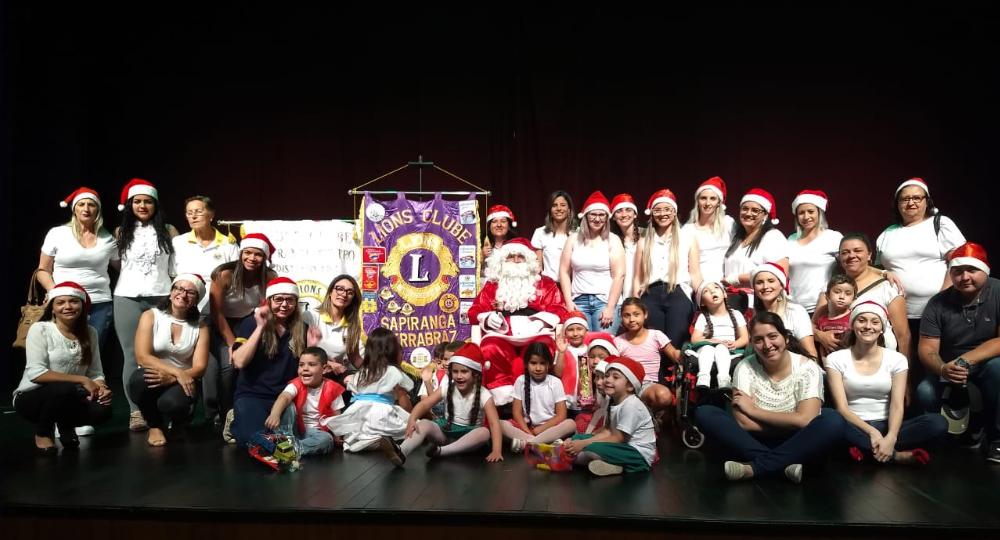 Atividade de entrega de presentes para crianças, promovida pelos dois Lions da cidade, é exemplo de solidariedade