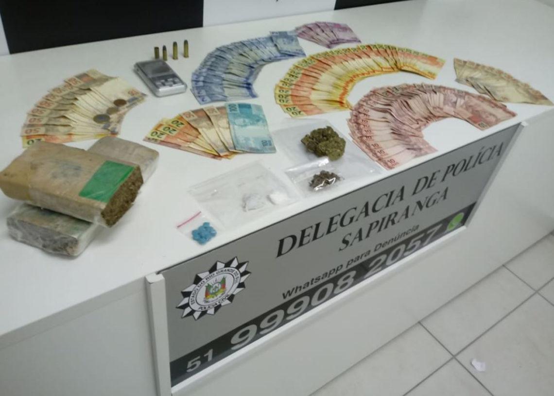 Foram apreendidos R$ 2.187,15 em dinheiro, 1 balança de precisão, 2 munições cal. 38, 1 munição cal. 32, 1 estojo deflagrado de cal. 38, 6 celulares, 923,9g de maconha, 2,2g de cocaína , 10 un. Ecstasy e 2 motos