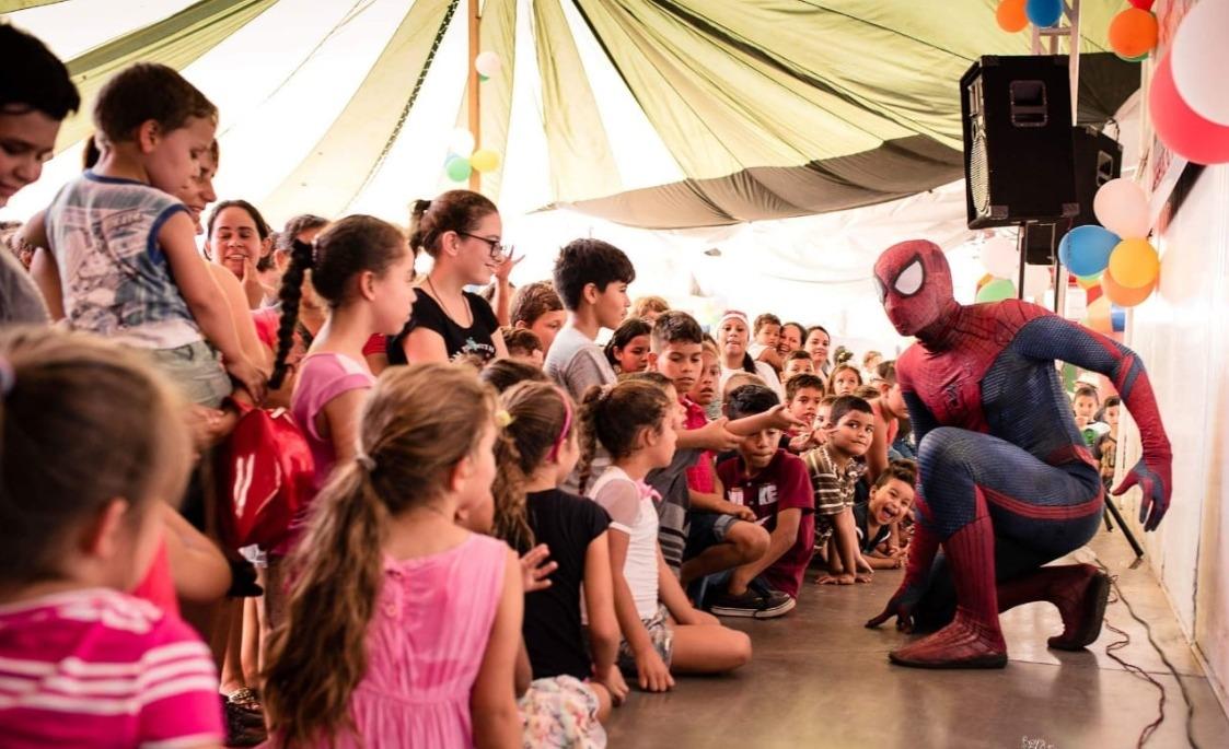 Super Heróis fazem a diversão da garotada no Natal Solidário