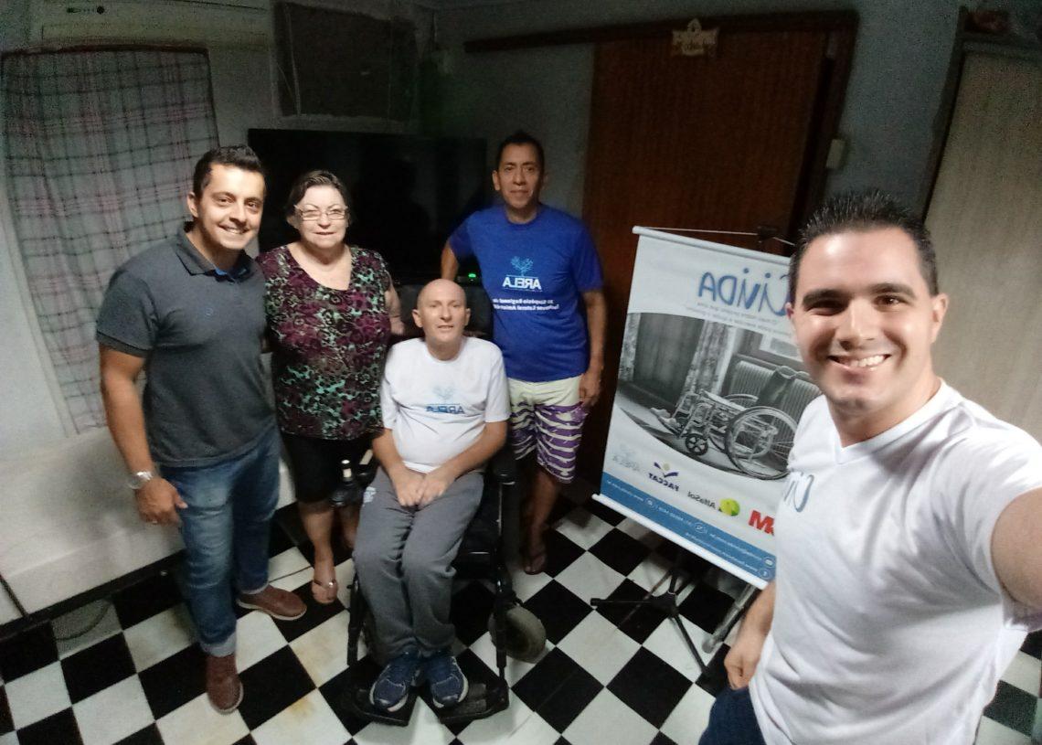 Entrega da cama motorizada ocorreu no domingo, no bairro Sarandi, em Porto Alegre, para paciente portador de esclerose lateral amiotrófica. Fotos: Civida