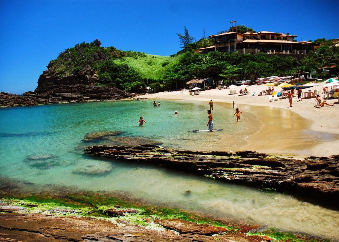 Búzios, distante cerca de 170km da capital, Rio de Janeiro, é destino para curtir durante o dia e noite