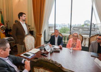 Governador esteve reunido com vice Ranolfo (E), secretários Faccioli (Seapen) e Arita (Saúde) e Cesar da Veiga, da Susepe. Foto: Felipe Dalla Valle/Palácio Piratini.