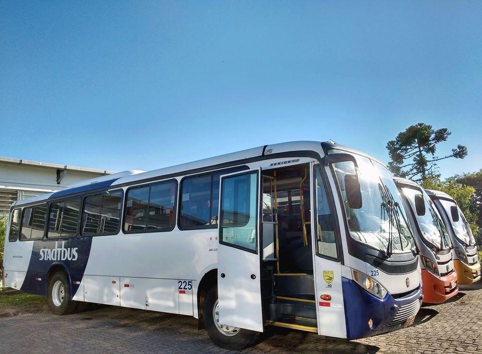 Ônibus da StadtBus, de Campo Bom, estacionados no pátio da empresa.