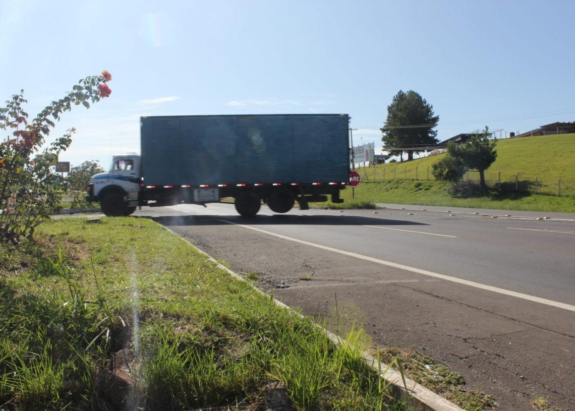 Retorno é muito utilizado por caminhões e parte dos acidentes tem envolvimento deste tipo de veículo, que é mais lento.