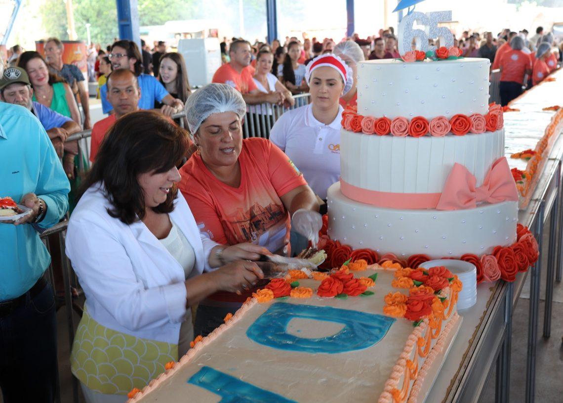 Prefeita Corinha Molling e bolo gigante