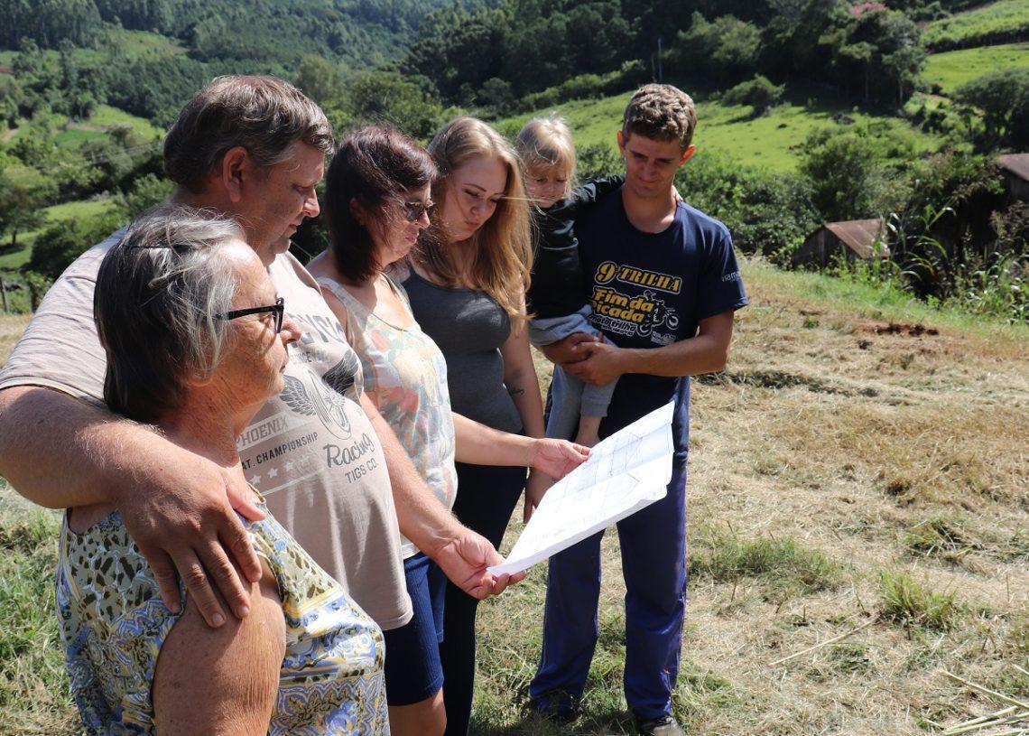 Familiares observam a planta do aviário na localidade de Picada Schneider .