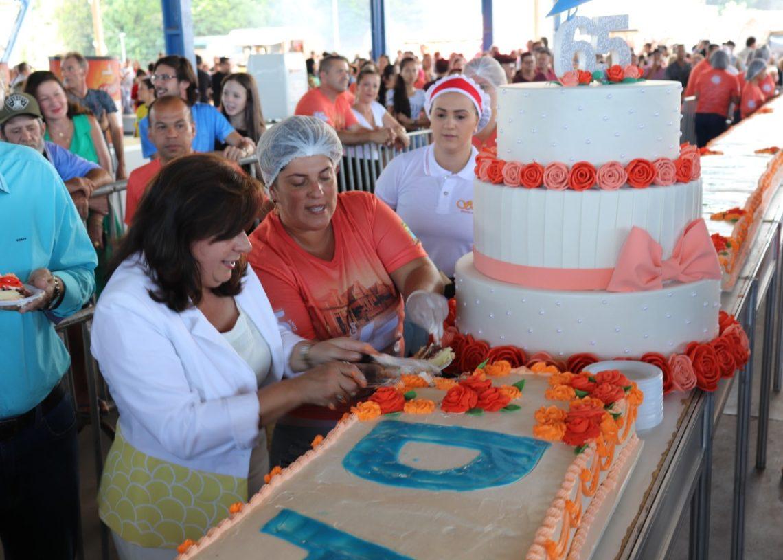 Corte do bolo de aniversário
