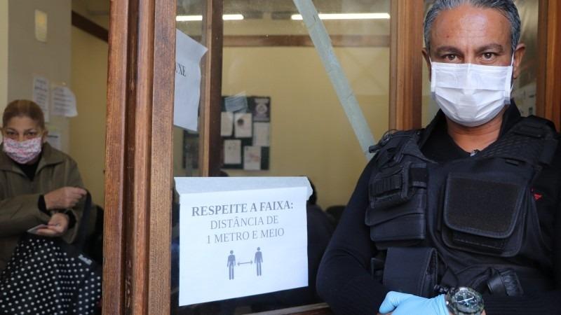 Além de máscaras de proteção, fazem parte da compra luvas, óculos de segurança, álcool gel, aventais, capas de sapatos e toucas - Foto: Marília Bissigo/Ascom SES.