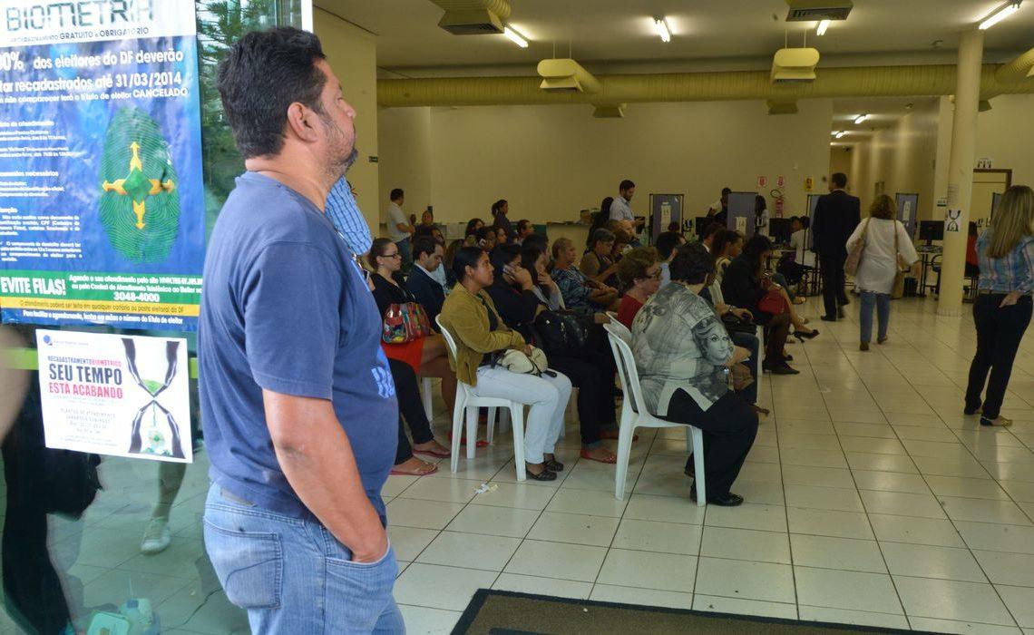 Brasília - Eleitores comparecem ao TRE para fazerem o recadastramento biométrico. No DF o prazo vai até segunda-feira (31). O eleitor que não se recadastrar terá o título cancelado (Marcello Casal Jr/Agência Brasil)