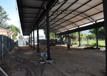 Área coberta está em construção na área central e proporcionará novo espaço de eventos no município. Foto: Keila Massaia/PMNH.