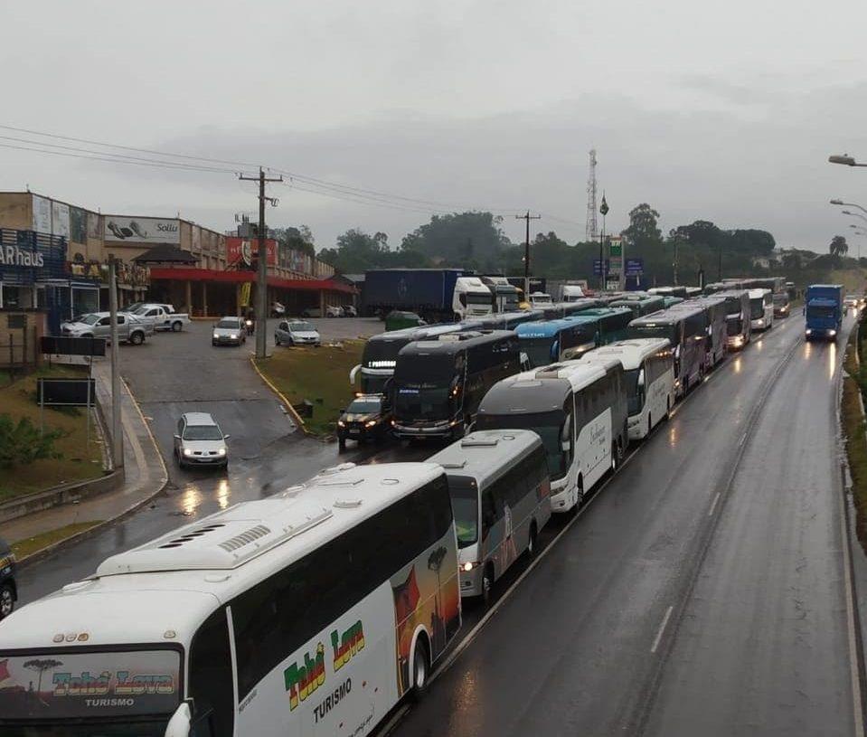 No dia 06 de abril, vans e ônibus dirigiram até Porto Alegre para solicitar o adiamento do pagamento do IPVA - Foto: Leitor.