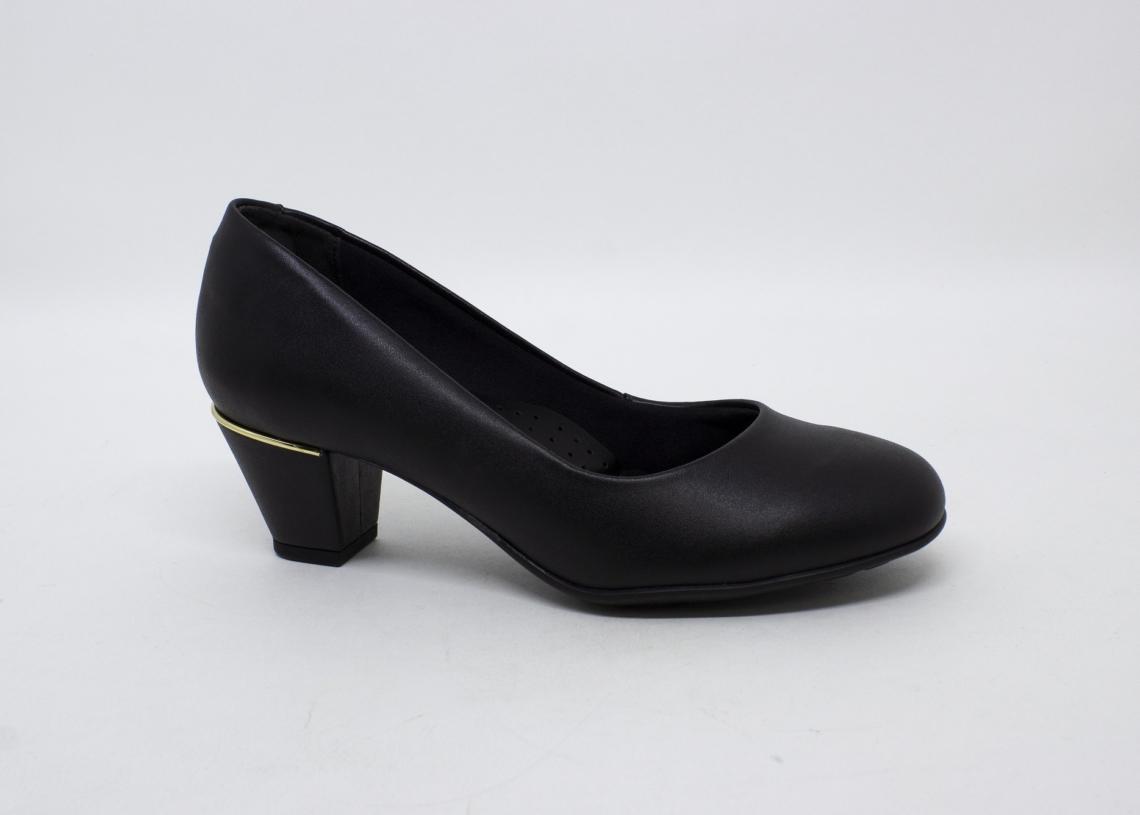 Muito versáteis, os modelos 9045 e 9046 trazem o conforto e a elegância que toda mãe precisa. Disponível com e sem meia pata, na cor preta com detalhes em dourado e por um preço imperdível, apenas R$19,00.