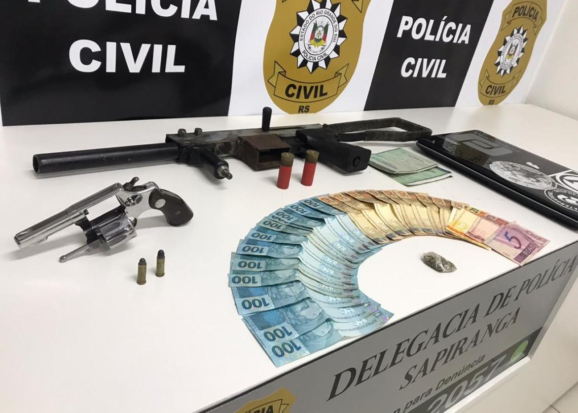 Dinheiro e armamento apreendido pelos policiais da DP de Sapiranga Foto: Arquivo/JR