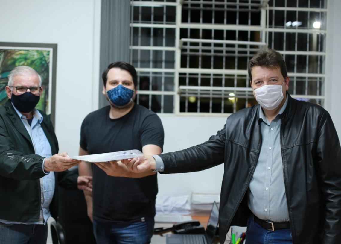 Schäfer, Berkembrock e Orsi na entrega dos projetos na Câmara