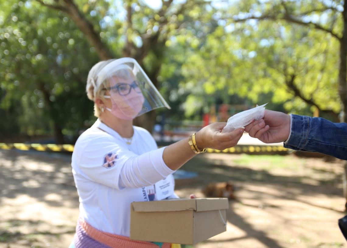 Servidores distribuem máscaras de proteção, para a comunidade. Foto: Jordana Fioravanti/PMCB