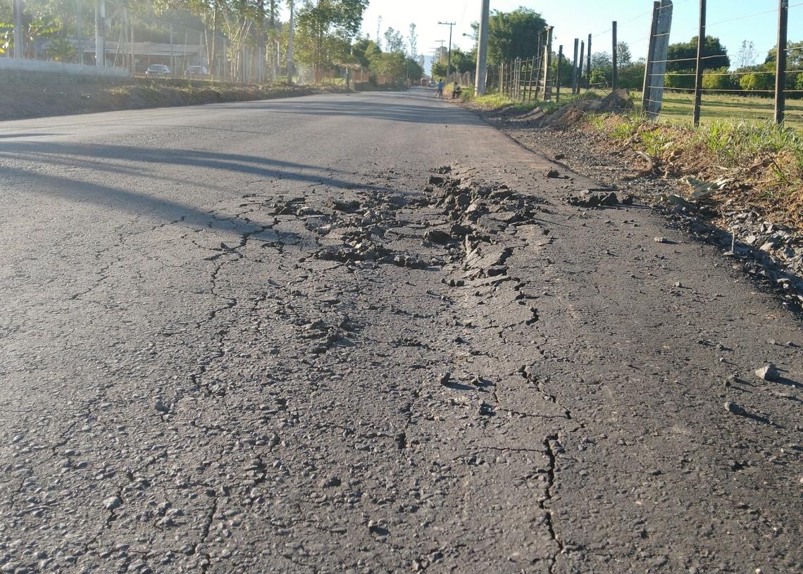 Rachaduras já estão presentes em asfalto recém feito  Fotos: Deivis Luz