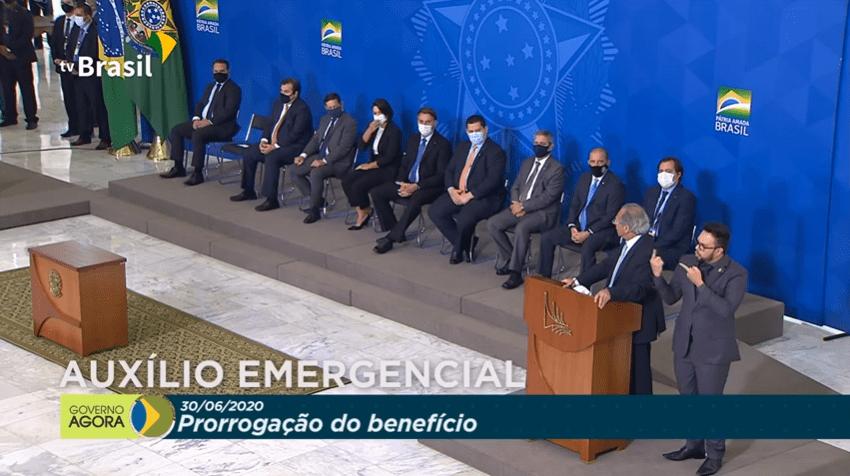 Paulo Guedes anuncia prorrogação do auxílio ao lado de demais líderes do governo no Planalto Foto: Reprodução/YouTube