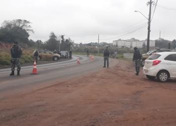 Barreiras policiais foram elaboradas em locais estratégicos  Foto: Mario Monteiro