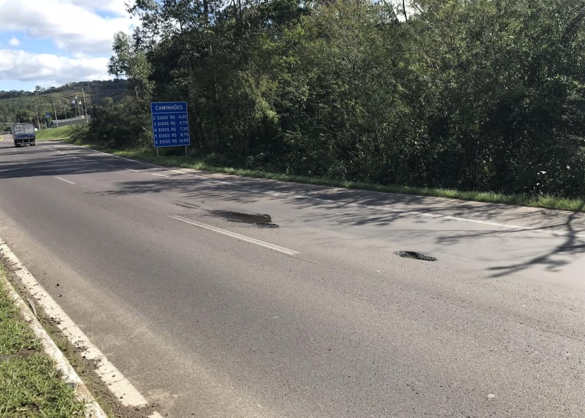 Dois buracos na RS-239 estão localizados próximos ao ponto onde ocorreu o acidente com a van de Igrejinha Fotos: Henrique Ternus