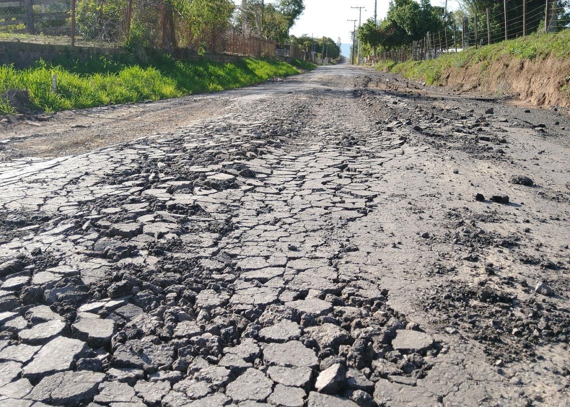 Péssimas condições do asfalto na Rua da Várzea, podem ser constatadas ao trafegar pela região Fotos: Deivis Luz