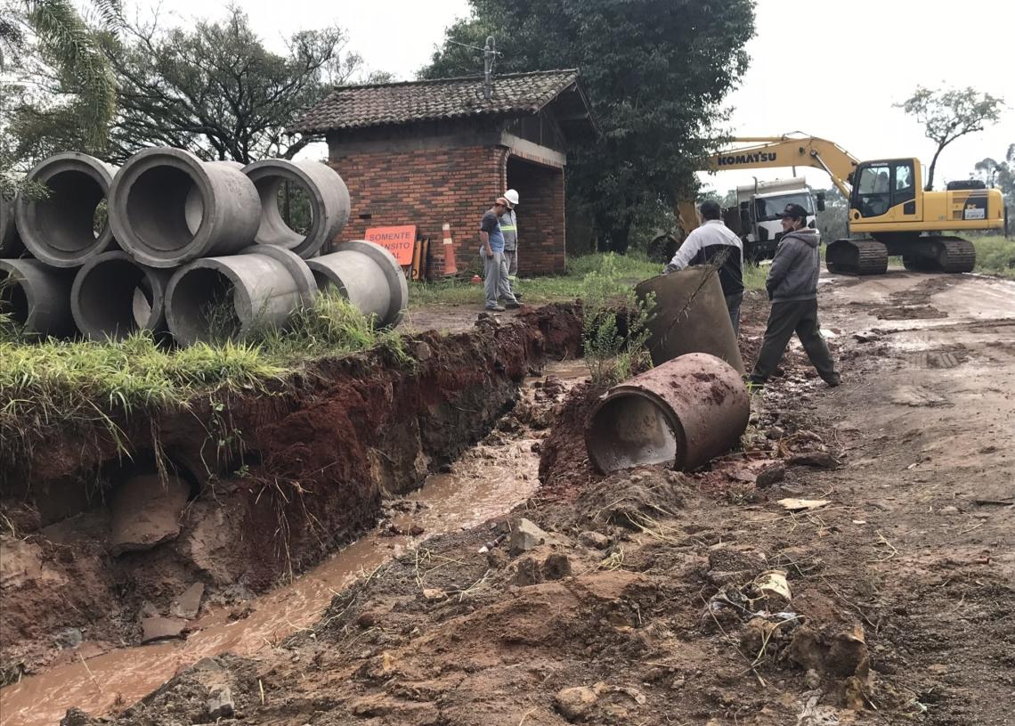 No momento, intervenções ocorrem para instalar novas tubulações de esgoto para escoamento da água no trecho não pavimentado Foto: Henrique Ternus