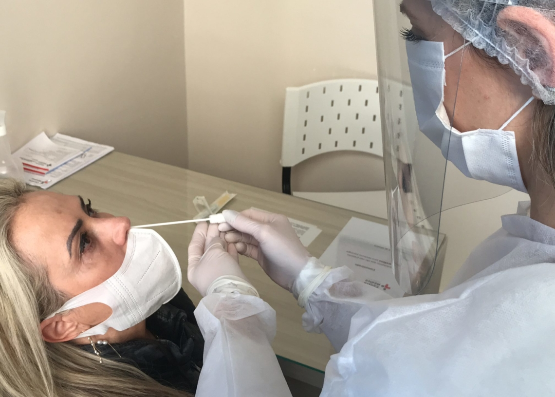 Teste molecular RT-PCR, feito a partir de amostra coletada no nariz, é o mais indicado para diagnosticar o coronavírus Foto: Henrique Ternus