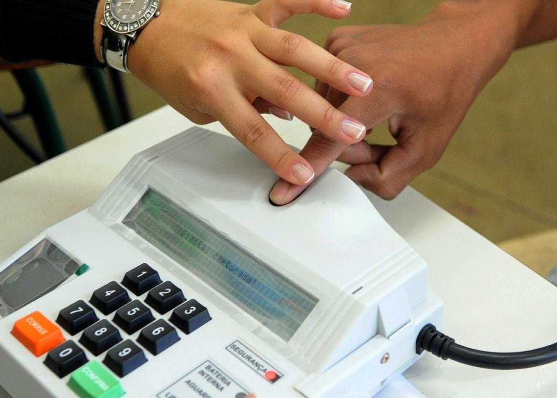 Segundo o presidente do TSE, ministro Barroso, o leitor biométrico danifica se for higienizado com álcool em gel  Foto: Wilson Dias/ABR