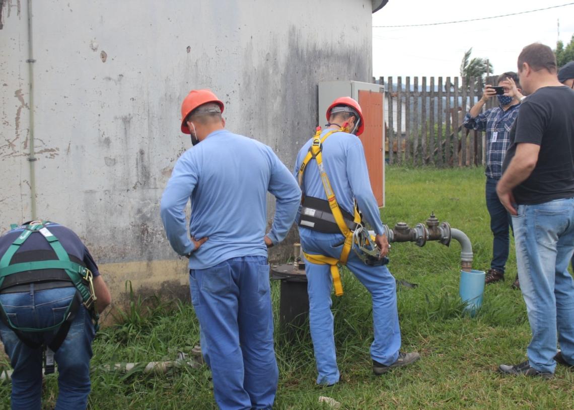 Equipes da Corsan e Agesan fazem vistoria em reservatórios na travessa Jacobe Bad, no bairro Amaral Ribeiro Fotos: Henrique Ternus