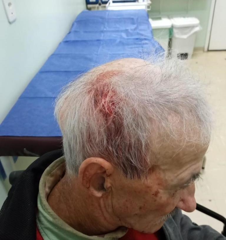 Gentil foi levado de ambulância após a agressão | Foto: Dionatan Waschburger