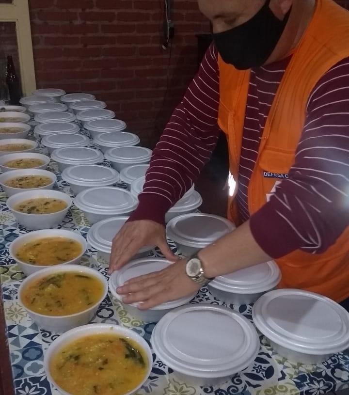 Agente da Defesa Civil de Campo Bom prepara potes com sopa | Foto: Defesa Civil/CB