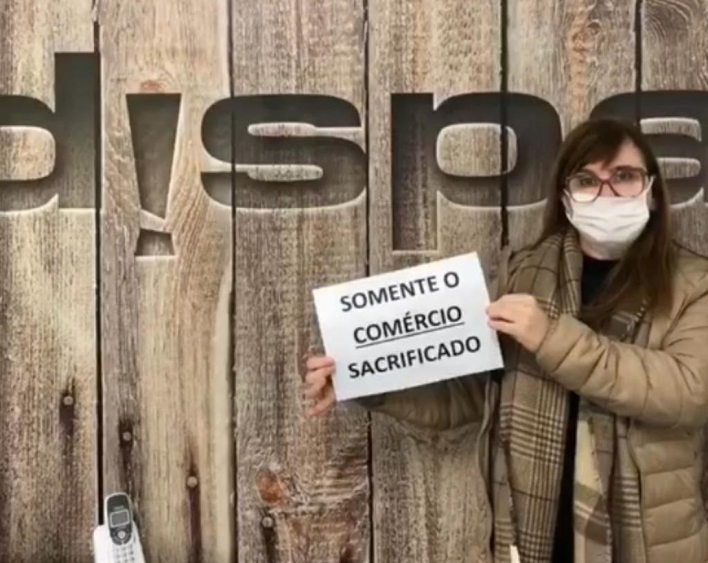 Comerciantes protestaram com cartazes em vídeo