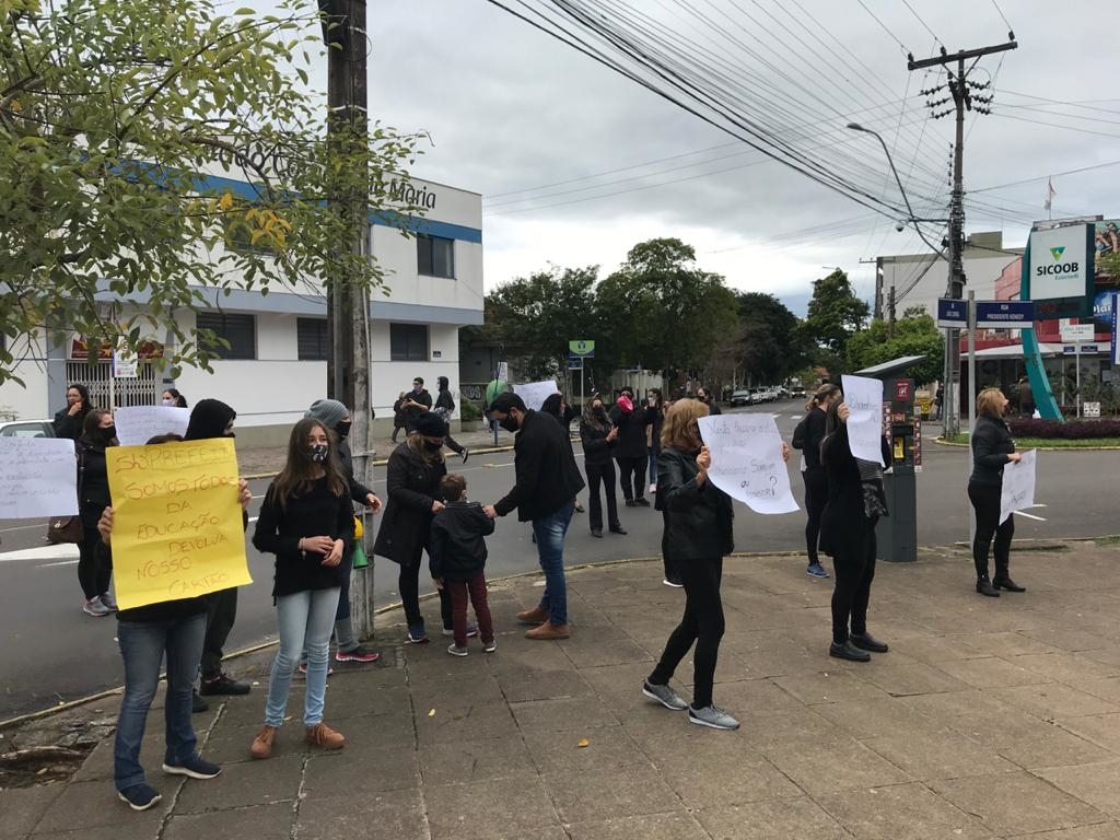 Protesto pede pagamento do benefício em frente à prefeitura | Foto: Henrique Ternus