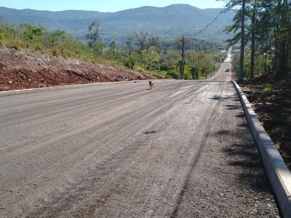 Compactação da base antecede próxima etapa que é o asfaltamento da Rua Dois de Dezembro  Fotos: Deivis Luz