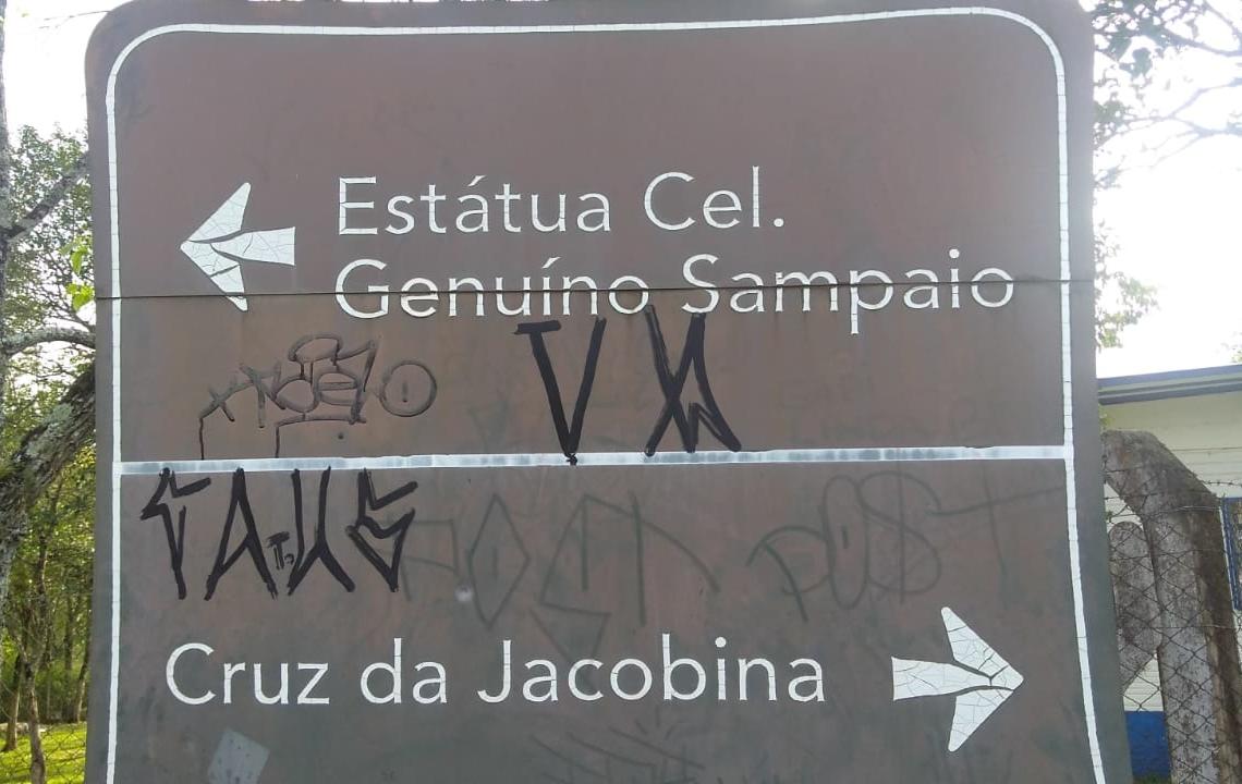 Placa de sinalização turística pichada (Cred. Guarda Municipal)