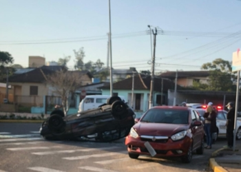 Com impacto, motorista do Uno capotou o veículo   Foto: Divulgação
