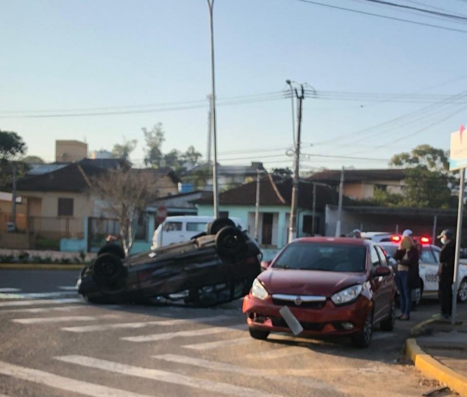 Com impacto, motorista do Uno capotou o veículo | Foto: Divulgação