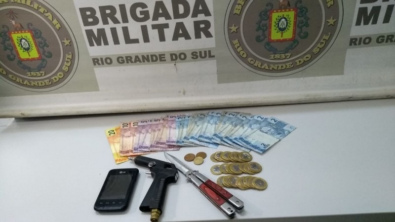Dinheiro e simulacro de pistola apreendidos (Cred. Brigada Militar)