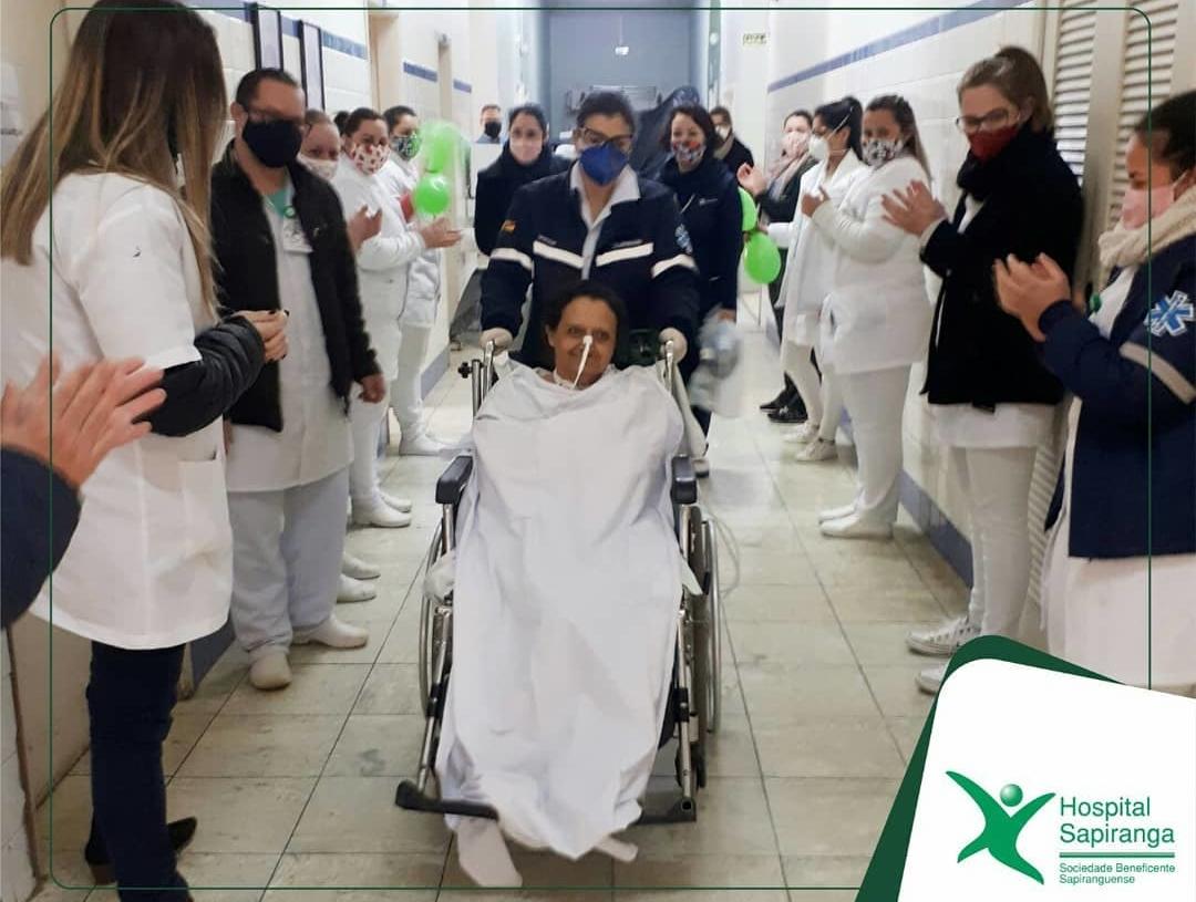 Paciente Iara rece- bendo alta depois de 50 dias no hospital de Sapiranga | Foto: Arquivo/Hospital