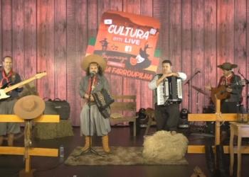 Músico Baitaca se apresentou na última segunda, acompanhado do grupo Fundo da Grota  Foto: Reprodução/YouTube