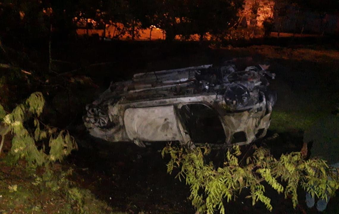 Após saída de pista, veículo pegou fogo (Cred. Fotos Bombeiros de Nova Hartz)