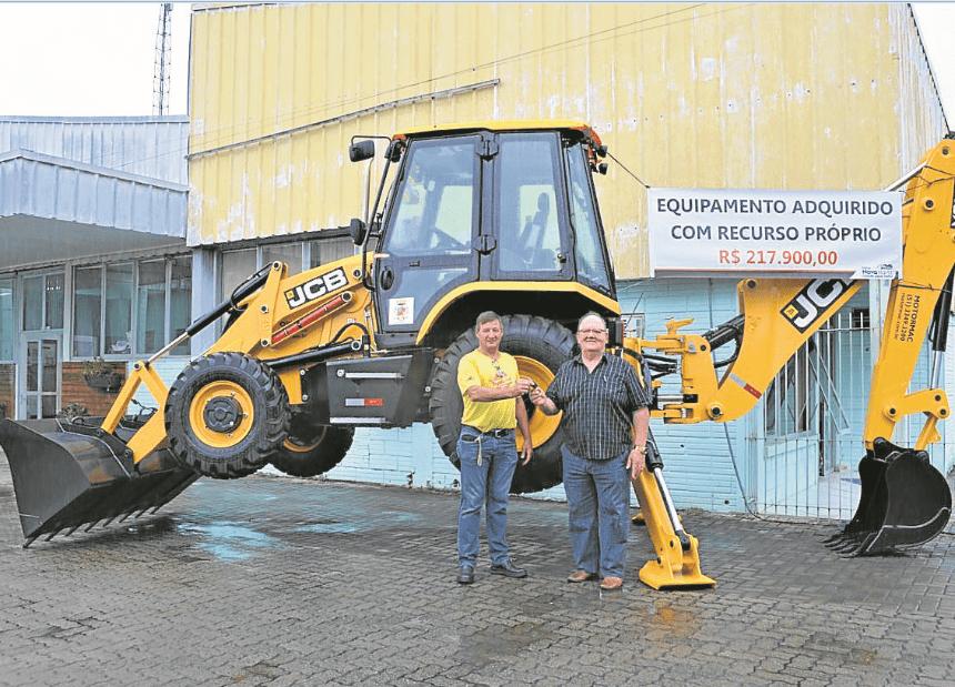 Flavio Jost com o secretário de Obras, Luis Sauer,  entregando retroescavadeira de recursos economizados em 2019 Foto: Arquivo/JR