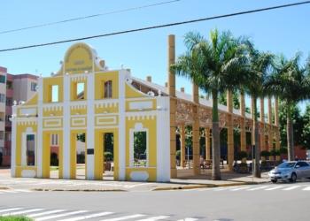 Largo Irmãos Vetter resgata a história do município com a preservação da fachada da antiga fábrica de calçados dos Irmãos Vetter Foto: PMCB