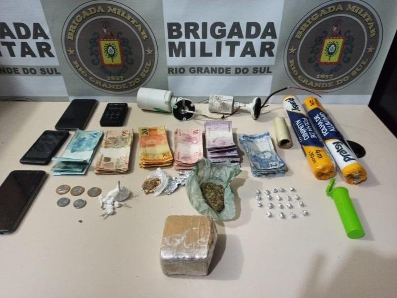 Droga, dinheiro e materiais apreendidos (Cred. Brigada Militar)