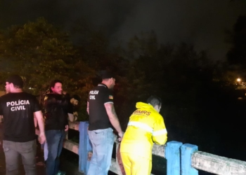 Policiais civis e bombeiros junto à ponte onde arma do crime teria sido jogada (Foto MELISSA COSTA)