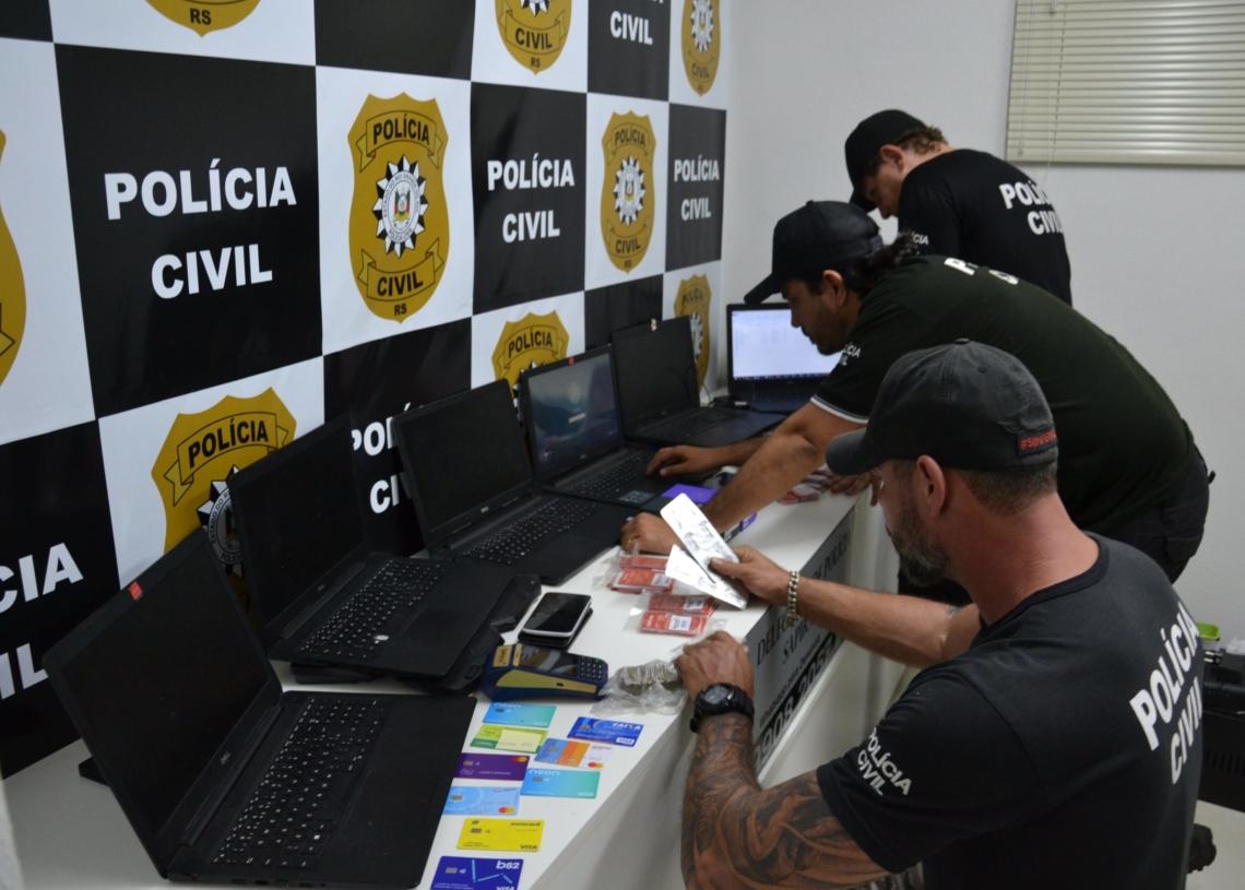 Computadores,  medicamentos proíbidos para a venda, chips de telefones e demais materiais apreendidos pelos agentes na operação Foto: Melissa Costa
