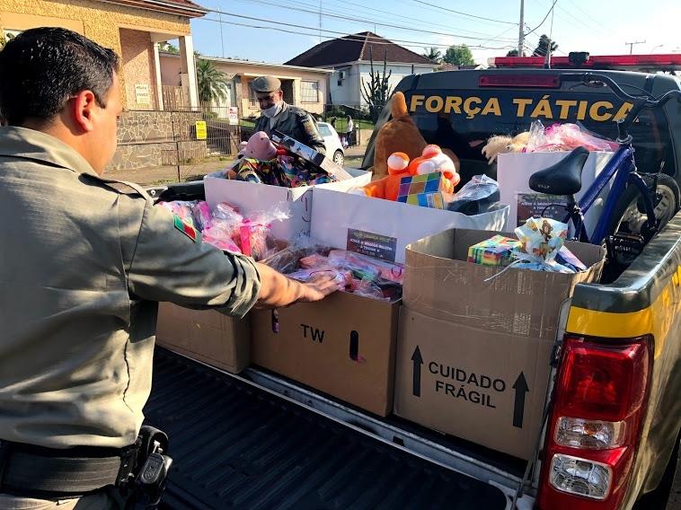 Brinquedos sendo levados para um lar de Sapiranga (Cred. Melissa Costa)