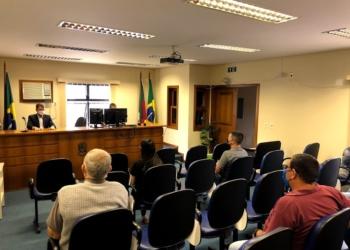 Promotor orientando candidatos e representantes de partidos de Araricá Fotos: Melissa Costa