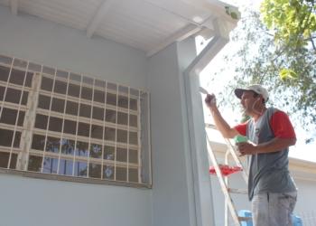 Equie trabalha nos  acabamentos da pintura para após fazer entrega da unidade ampliada à comunidade  Fotos: Mellissa Costa