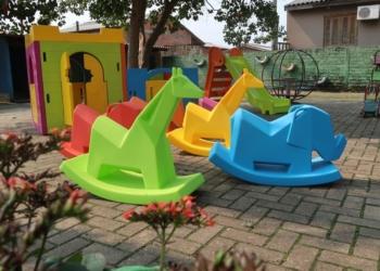 Brinquedos já foram entregues em algumas escolas, projetando a volta às aulas Foto: PMCB