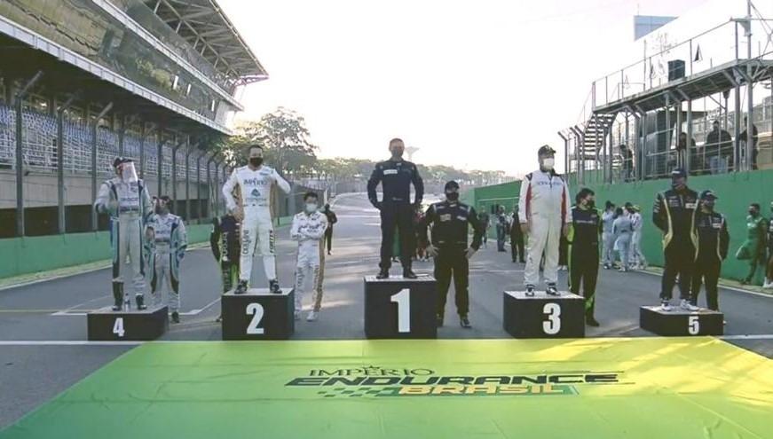 Aldoir Sette, ao centro, conquistou o primeiro lugar na primeira da Categoria P3, em Interlagos, São Paulo Fotos: Reprodução